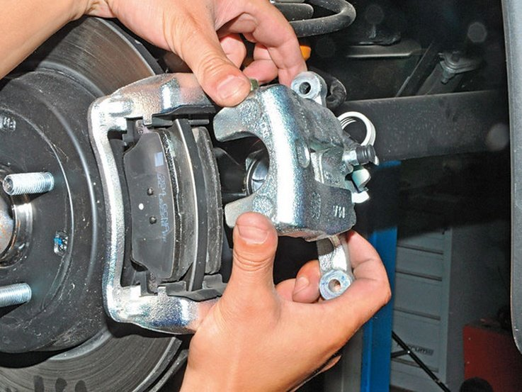 как часто менять передние тормозные колодки
